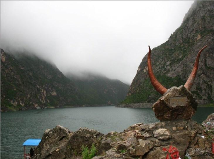 冶力关森林公园位于青藏高原的东北边缘,甘南藏族自冶州卓尼、临潭两县境内,东邻莲花山自然保护区,西接合作市,北与临夏、康乐毗连,总面积79400公顷,森林覆盖率为63%,植被覆盖率92.0%。该区属湿润的高原气候,特点是高寒湿润,气温年差较小,月差较大,雨热同季,垂直差异显著。以临潭县冶力关为中心,分为莲花山、西峡、东峡和冶海湖四个景区。主要景观有莲花、冶木峡、冶海湖、赤壁幽谷、巨型卧佛等景观。冶木河贯穿全区,自西向东流入洮河。地质构造复杂,地貌奇特。冶木河上游地势平缓,有牧草丰茂的天然牧场,也有地势陡峭、