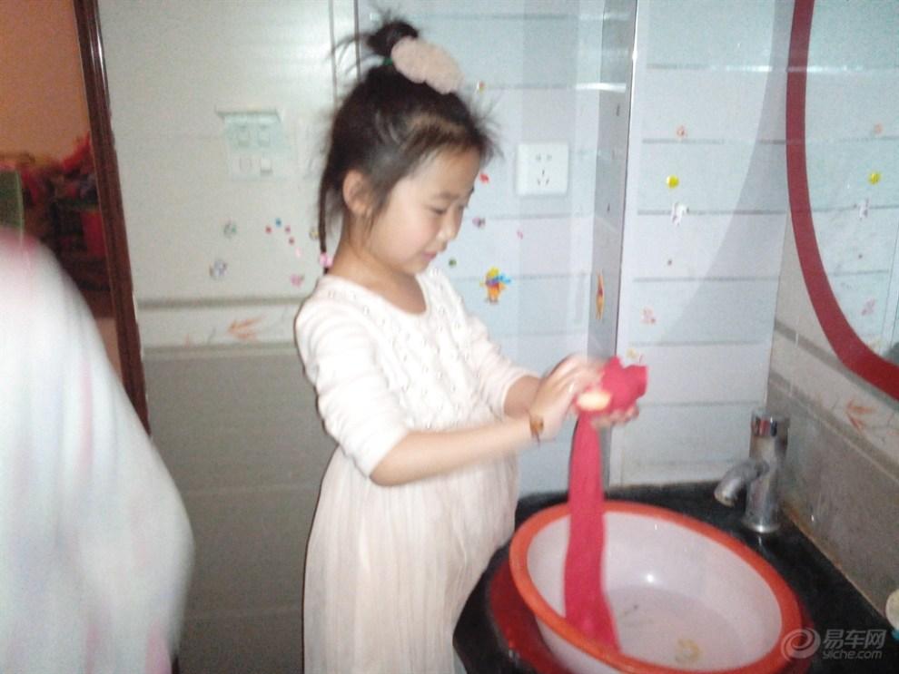 【日记成长美女】130516小美女学洗白衣!衣服宝贝桥上