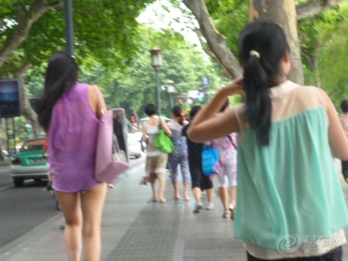 路上发现穿超短裙的美女
