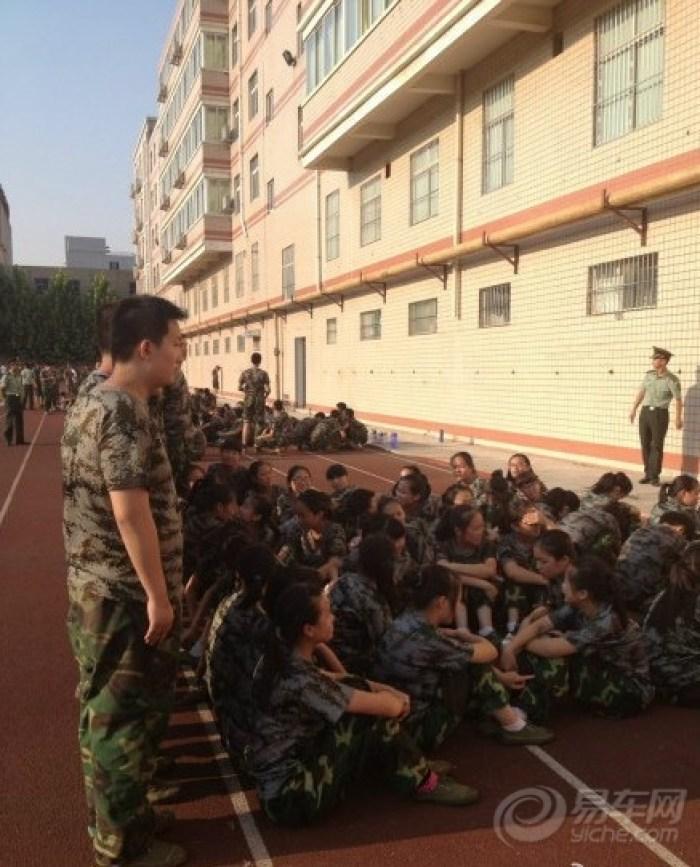 军训天太热,郑州一人墙高中站成高中替铁汉遮男生女生2014图片