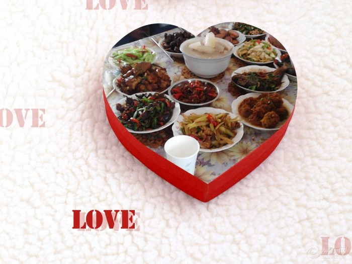 中秋节全家聚餐吃月饼