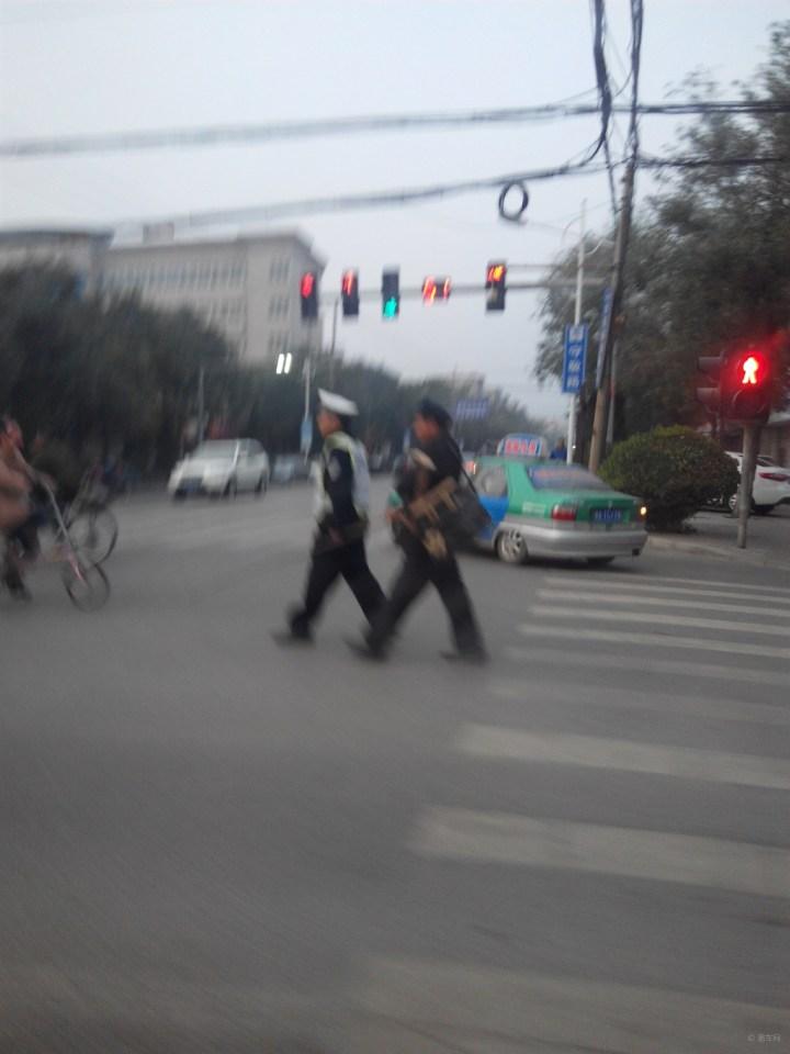 逛商场 来去/正能量,警察带盲人过马路,有点晃啦