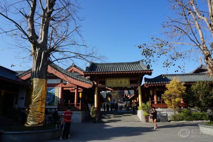 深圳/大华兴寺内设有许愿墙,很多人前来许愿求福。