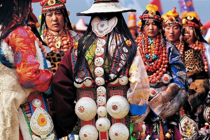 【写在前面】 西藏可不是只有川藏线、拉萨、日喀则,也不是只有纳木错和羊湖,这些只是西藏最初级的旅游路线。随着进藏旅游的普及,以及交通越来越方便,有很多人都已经领略过西藏的壮阔和美丽。于是,他们目光就不仅仅局限在这些交通比较方便的地方,对于西藏其他神秘的领域也充满了好奇,想要去探索。 阿里地区、大北线、后藏腹地、喜马拉雅五条沟、藏源山南,这些旅游线路也逐渐成为关注的焦点。但由于交通相对还不方便,所以传统的旅游客来这里的并不多,因此这里无论是风景还是民俗,都更加原始,更加自然,全然没有一丝的雕琢,而显得那么迷