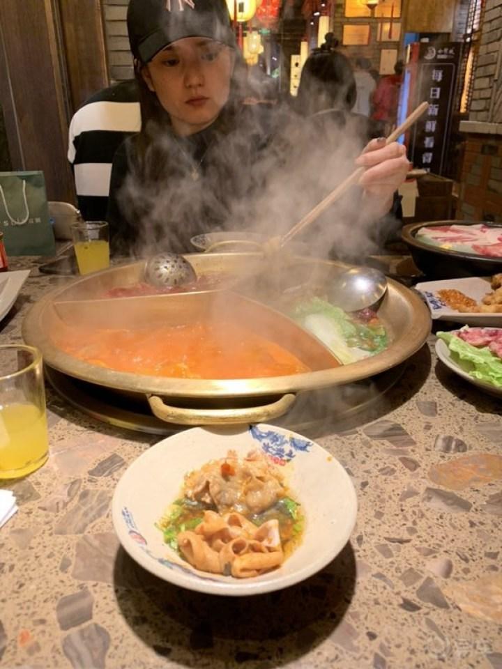 因为照顾不能吃辣的小美女,所以点了这种三个格子的火锅.