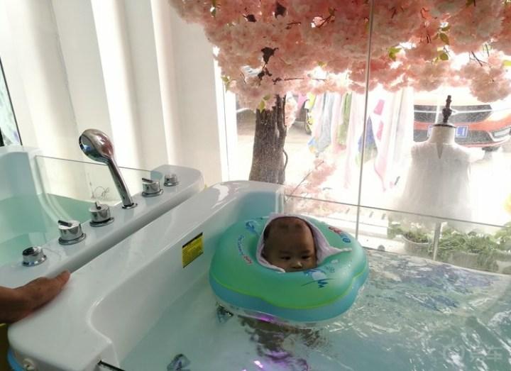 带我的小外甥去游泳,只愿你健康成长