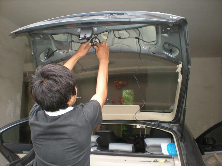 汽车安装倒车影像时接倒车灯是哪一根线?